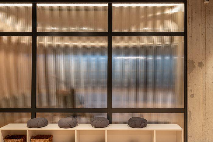 Perceptimi i dhomës së jogës nga hyrja e studios