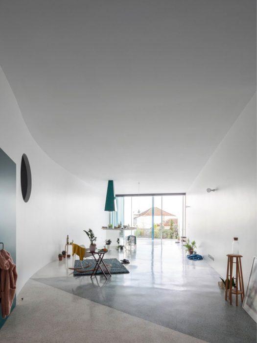 fala-atelier-ricardo-loureiro-house-along-a-wall