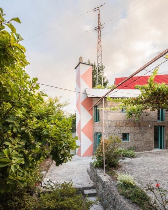 fala-atelier-ricardo-loureiro-small-house-with-a-monumental-shower